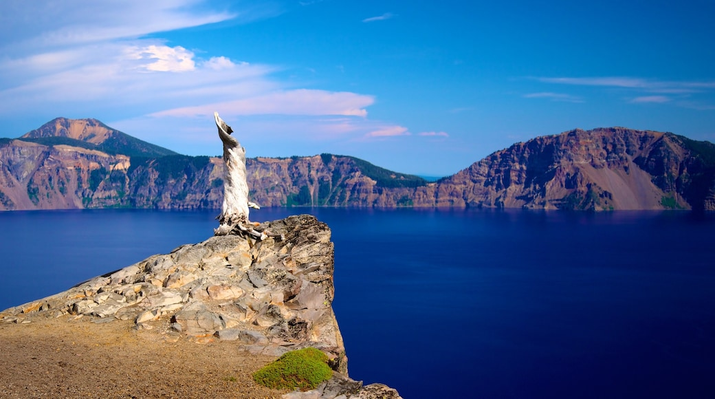 Crater Lake National Park showing landscape views, a lake or waterhole and mountains