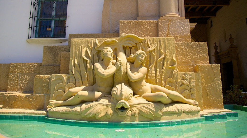 Santa Barbara County Courthouse showing a fountain, a statue or sculpture and a pool