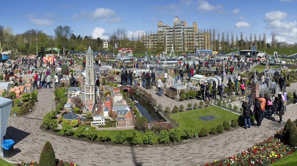 Madurodam showing rides and a park