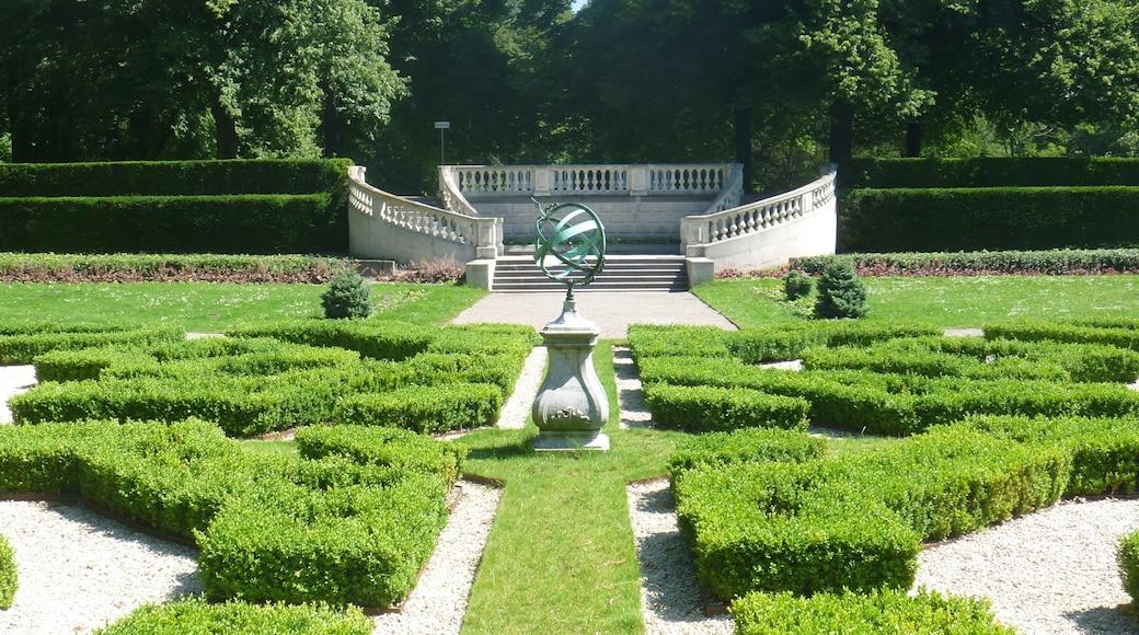 Park Clingendael showing a garden and outdoor art