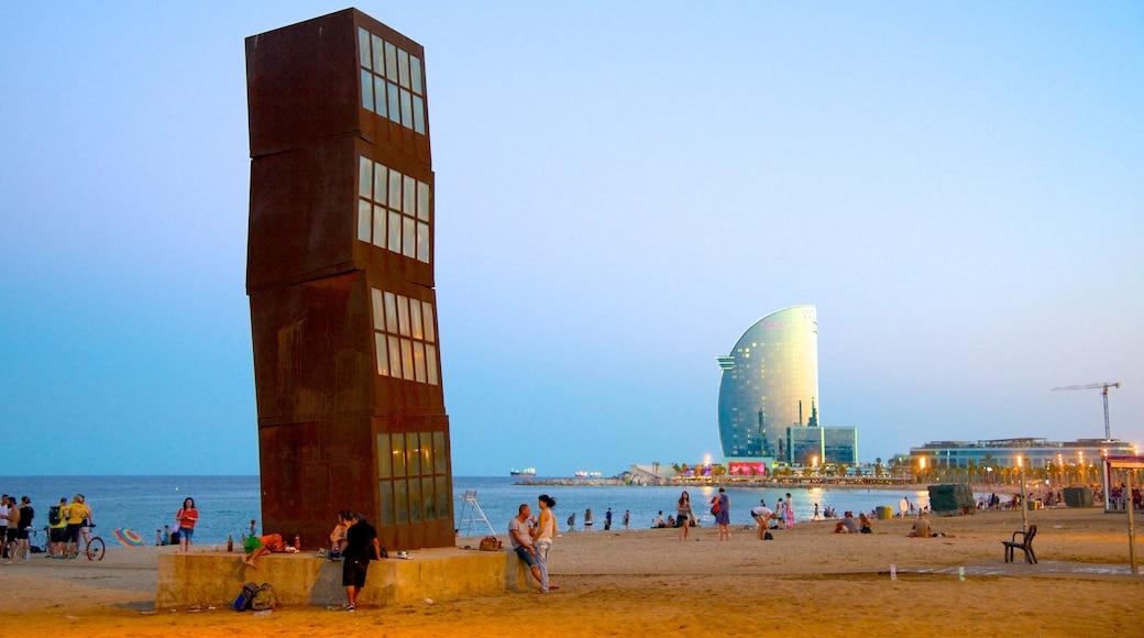 Barcelonetan ranta johon kuuluu hiekkaranta, ulkotaide ja moderni arkkitehtuuri