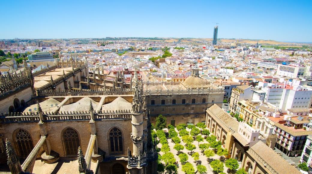 Giralda mostrando horizonte urbano, arquitectura patrimonial y una ciudad