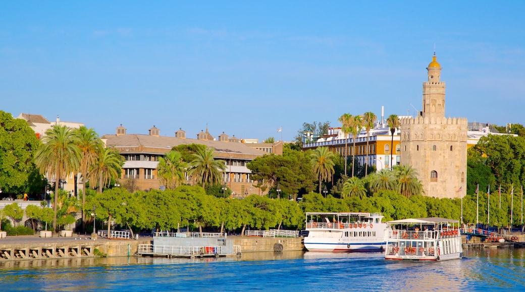 Torre del Oro que incluye una ciudad costera, una marina y patrimonio de arquitectura