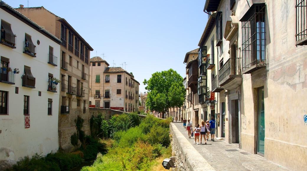 Andaluzia que inclui cenas de rua e uma cidade