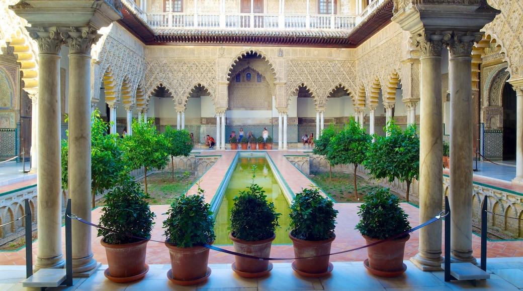 Alcázar johon kuuluu linna, vanha arkkitehtuuri ja lampi