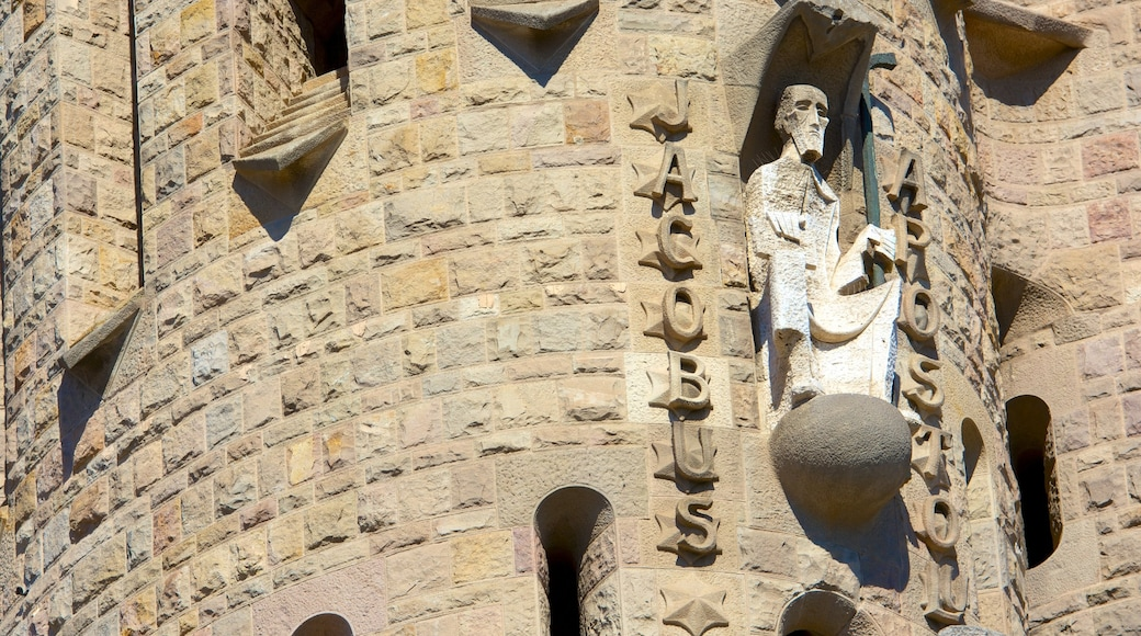 Sagrada Familia que incluye arquitectura patrimonial, aspectos religiosos y señalización