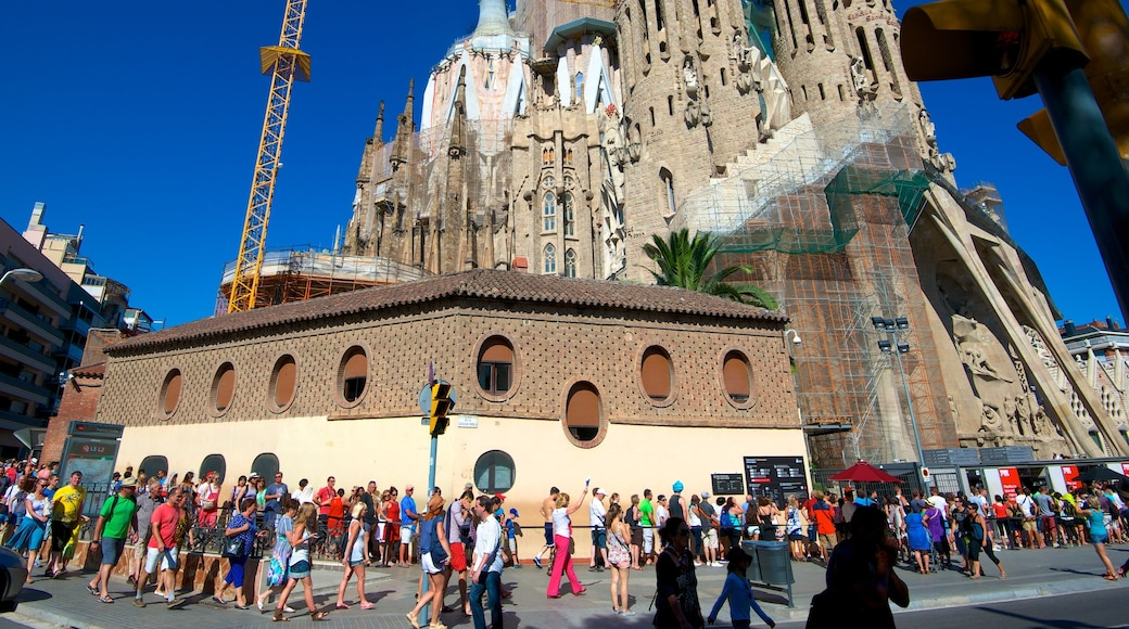 Sagrada Familia showing heritage architecture, street scenes and a city