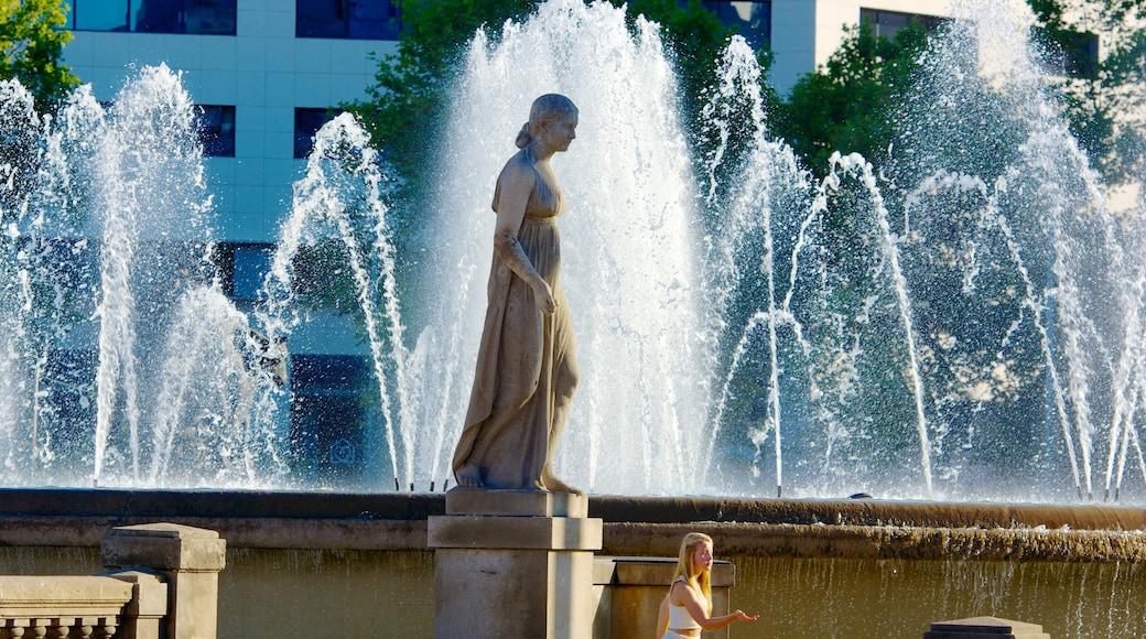 加泰隆尼亞廣場 呈现出 古蹟, 噴泉 和 雕像或雕塑