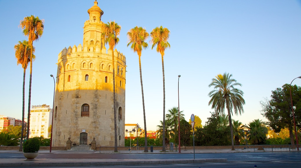 Torre del Oro mostrando patrimonio de arquitectura y artículos militares