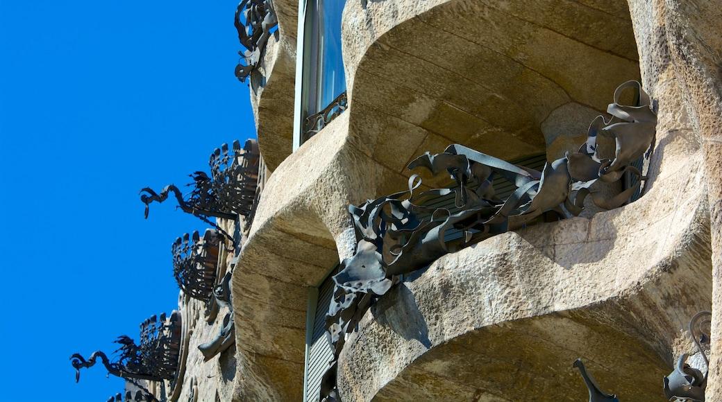 Casa Milà que incluye arquitectura patrimonial