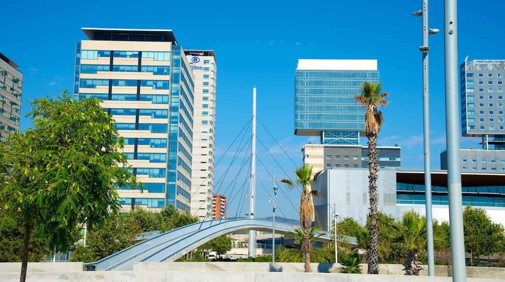 Barcelona ofreciendo una ciudad, un puente y un rascacielos