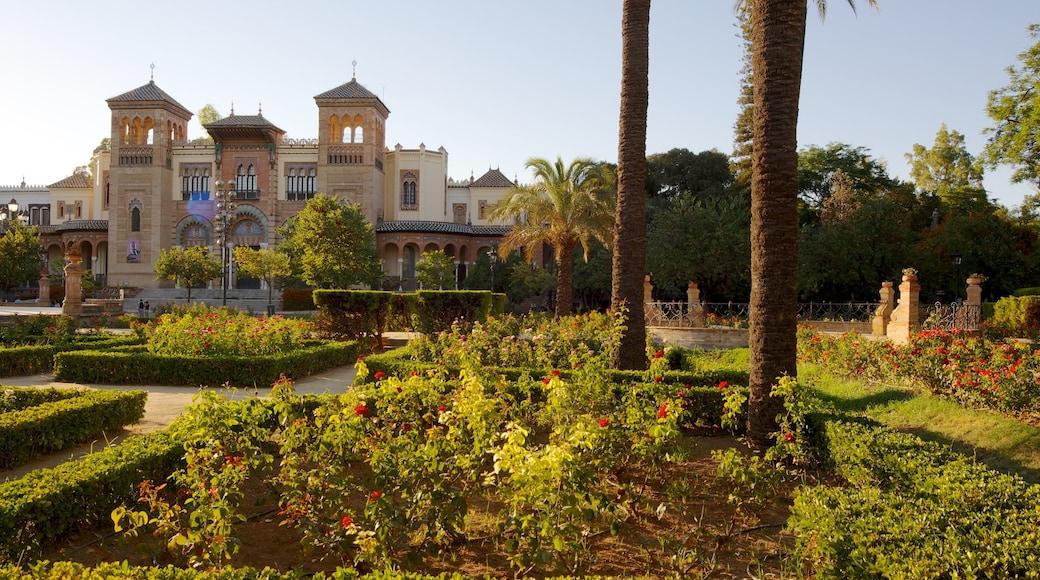 Parque de María Luisa que incluye arquitectura patrimonial, un parque y palacio