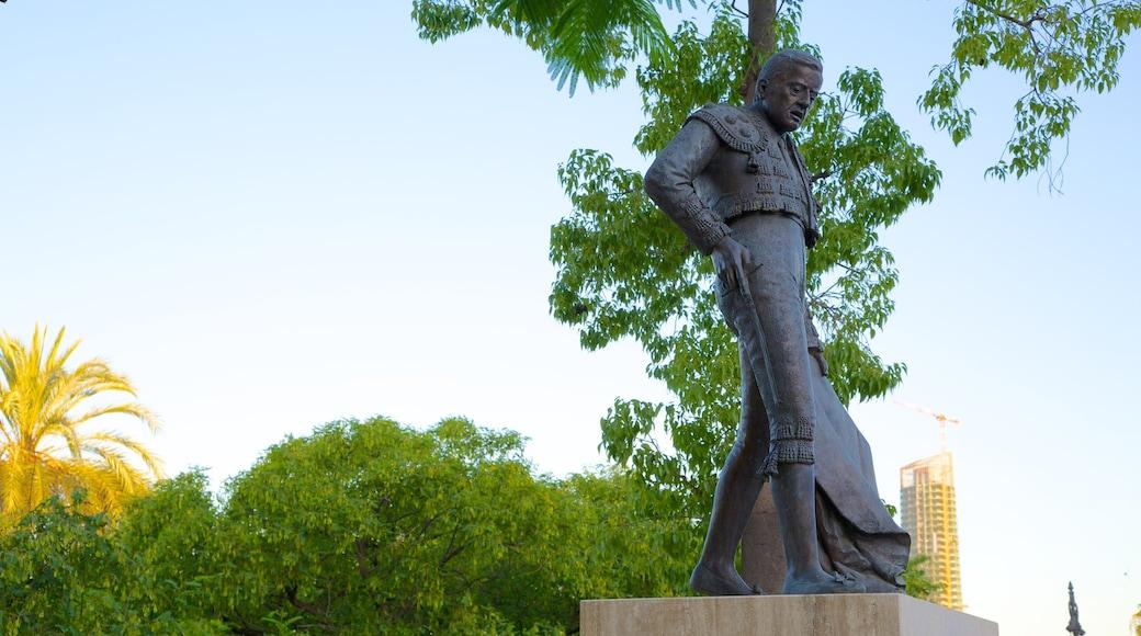 Plaza de Toros de la Real Maestranza som inkluderar en staty eller skulptur