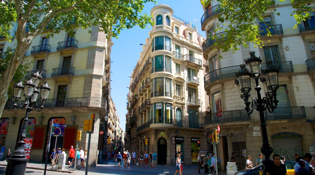 Las Ramblas featuring heritage architecture, a city and street scenes