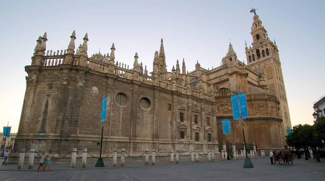 Kathedrale von Sevilla mit einem historische Architektur, Kirche oder Kathedrale und Platz oder Plaza