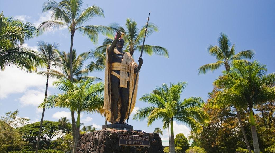 Kamehameha 國王雕像 呈现出 古蹟, 雕像或雕塑 和 熱帶風景
