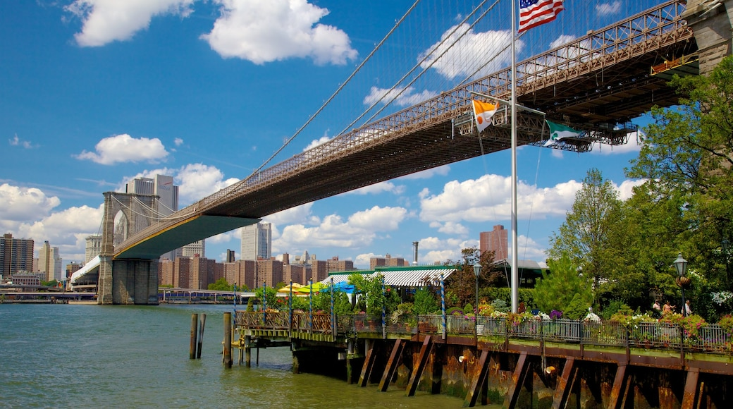 Brooklyn Bridge Park som inkluderer silhuett, by og elv eller bekk