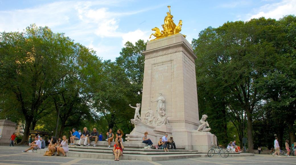 Columbus Circle mostrando una estatua o escultura y un monumento