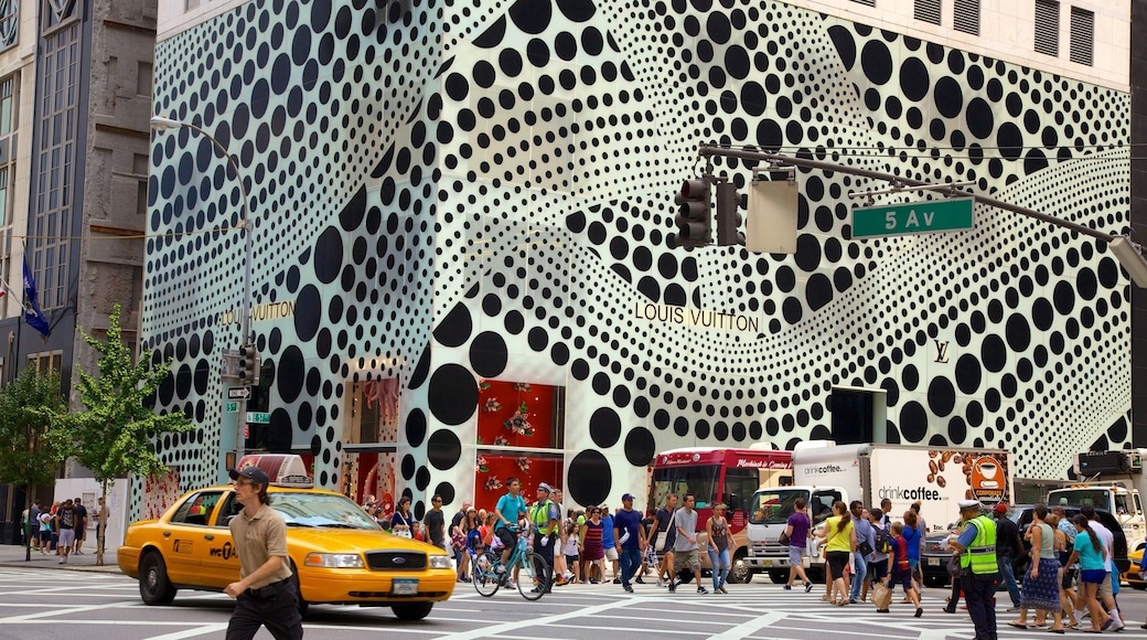 5th Avenue che include strade, città e architettura moderna