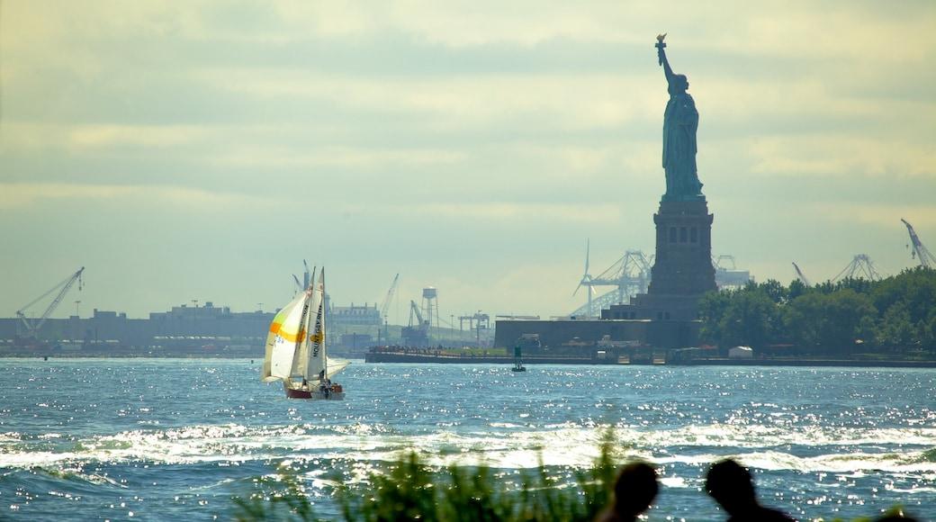 Battery Park mostrando vista general a la costa, una estatua o escultura y un monumento