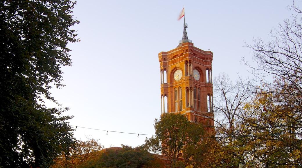 Ayuntamiento Rojo ofreciendo arquitectura patrimonial