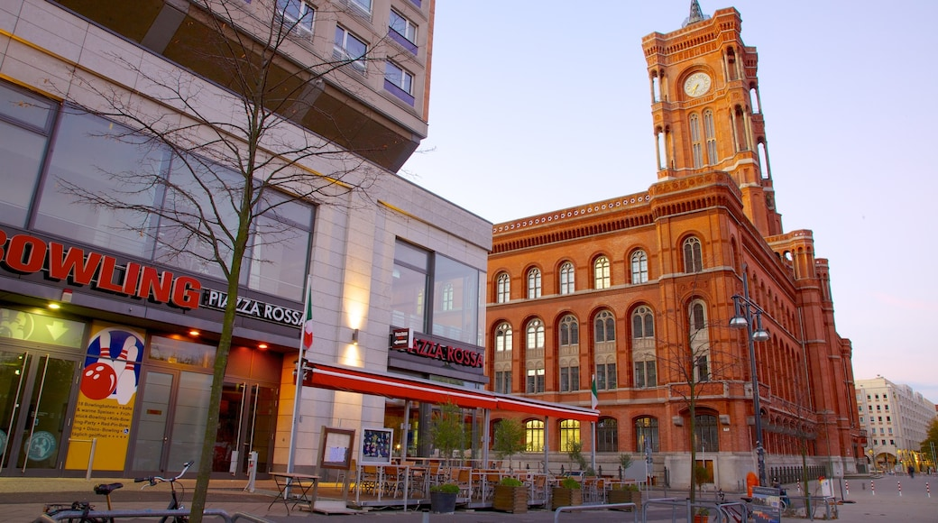 Ayuntamiento Rojo que incluye una plaza, arquitectura patrimonial y una ciudad
