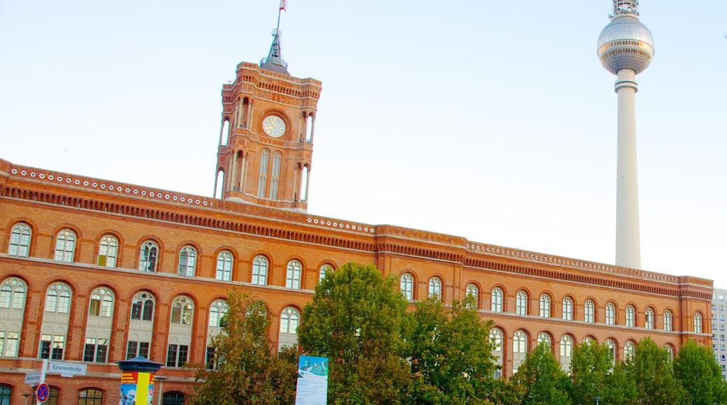 Ayuntamiento Rojo que incluye una ciudad y arquitectura patrimonial