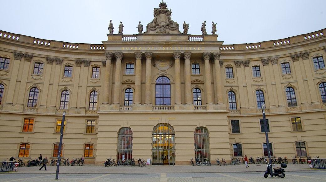 Bebelplatz welches beinhaltet historische Architektur und Platz oder Plaza