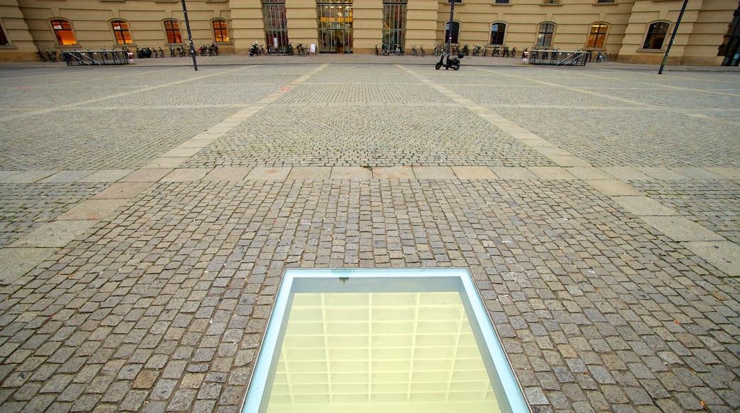 Plaza Bebelplatz que incluye una plaza