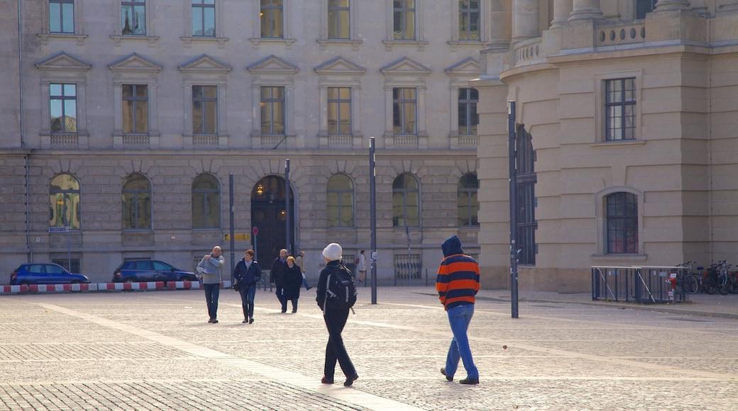 Plaza Bebelplatz ofreciendo una plaza y arquitectura patrimonial