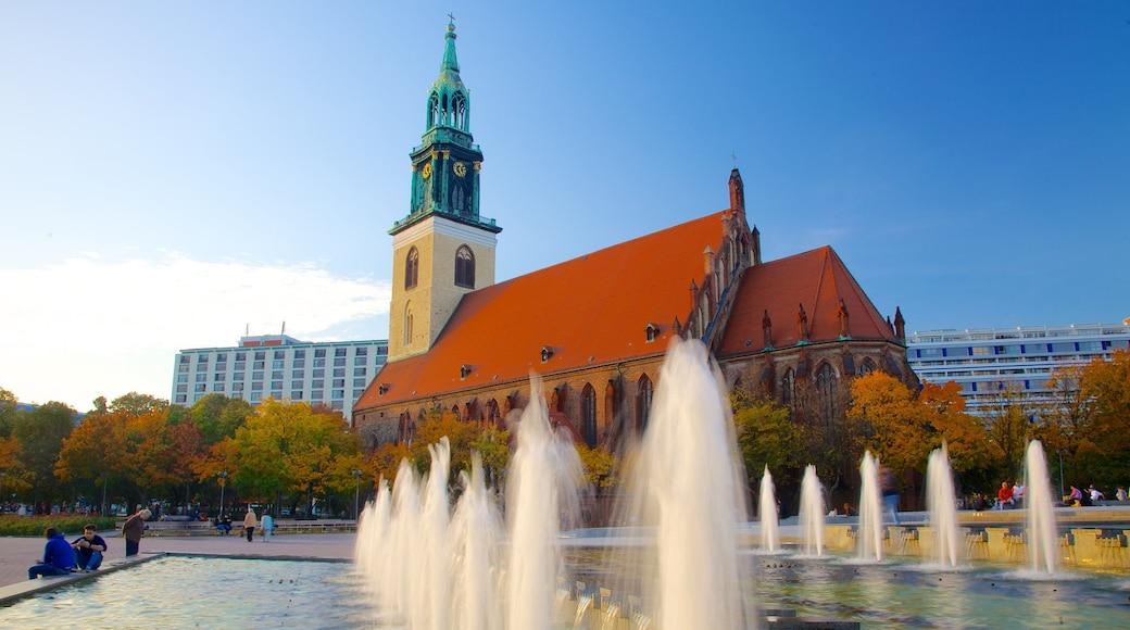 Marienkirche ofreciendo una fuente, arquitectura patrimonial y una plaza