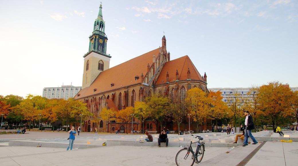 Marienkirche que incluye hojas de otoño, una plaza y una iglesia o catedral