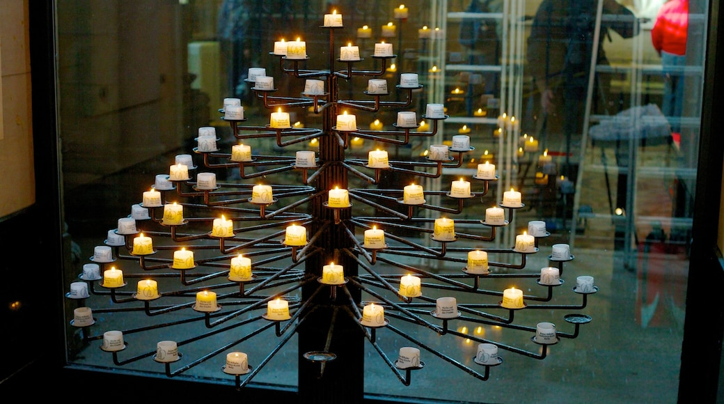 Église du Souvenir de Berlin mettant en vedette éléments religieux, vues intérieures et église ou cathédrale