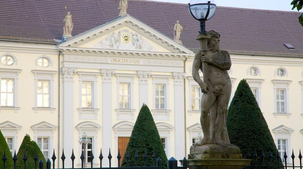 Bellevuen linna joka esittää linna tai palatsi, vanha arkkitehtuuri ja patsas tai veistos