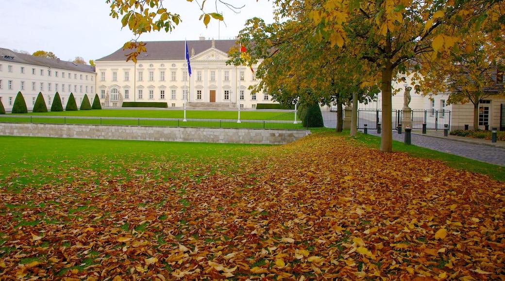 Bellevuen linna joka esittää puisto, syksyn lehdet ja linna tai palatsi