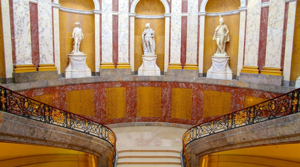 Museo Bode ofreciendo vista interna, arquitectura patrimonial y una estatua o escultura