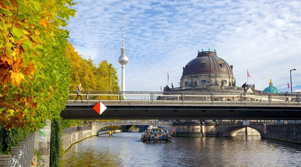 Museo Bode que incluye botes, colores de otoño y arquitectura patrimonial