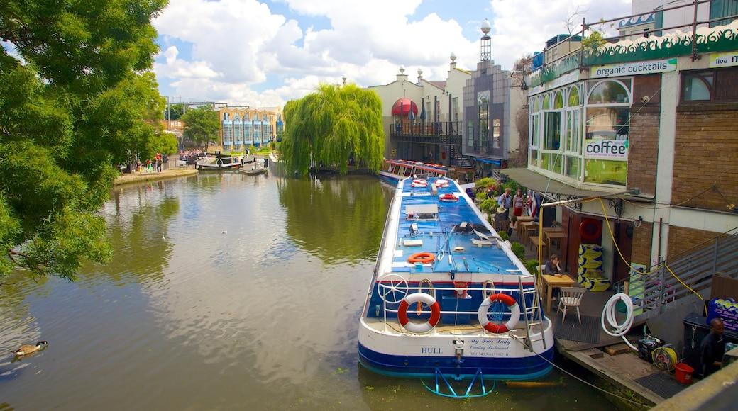 Camden Town som visar en å eller flod och båtkörning