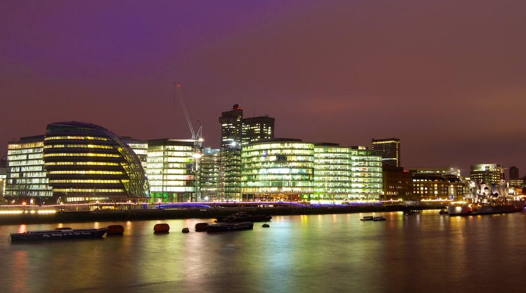 London City Hall caracterizando um rio ou córrego, uma cidade e cenas noturnas