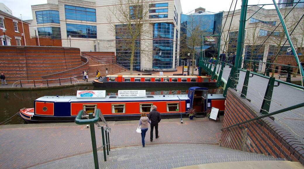 International Convention Centre som viser elv eller bekk, moderne arkitektur og båter