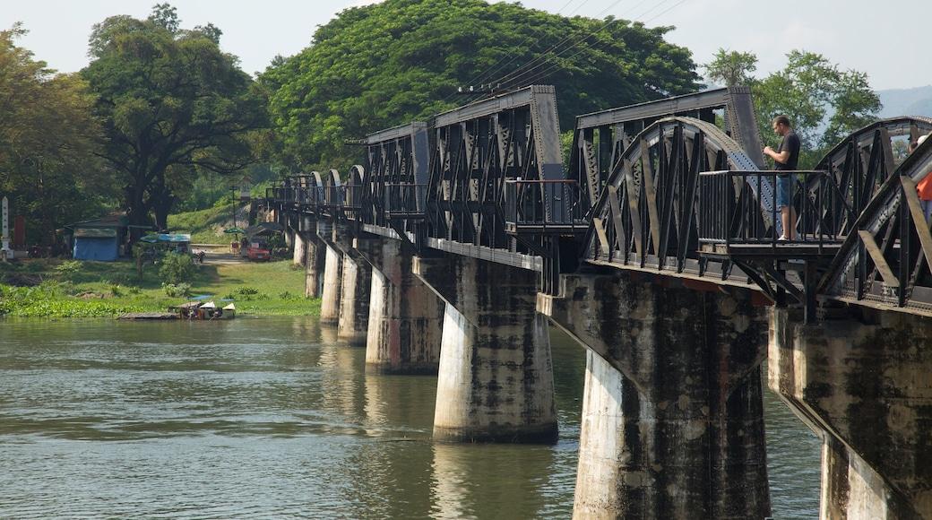 Bron över floden Kwai som visar en bro och en å eller flod