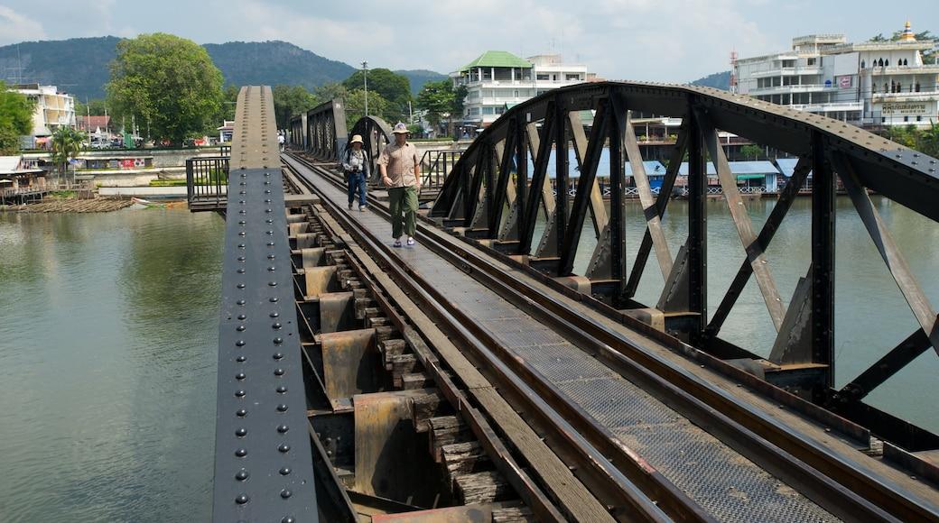 Bron över floden Kwai presenterar järnvägsobjekt, en bro och en å eller flod