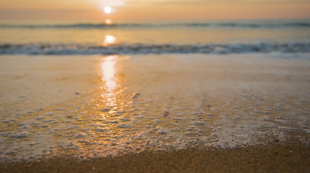 Khao Lak montrant coucher de soleil et plage de sable