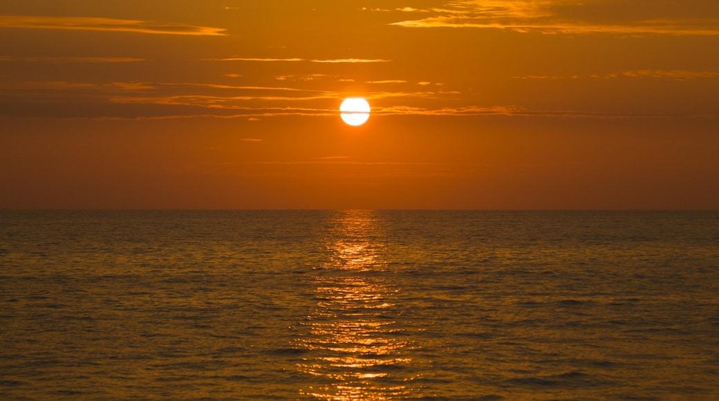Khao Lak mettant en vedette coucher de soleil, vues littorales et panoramas