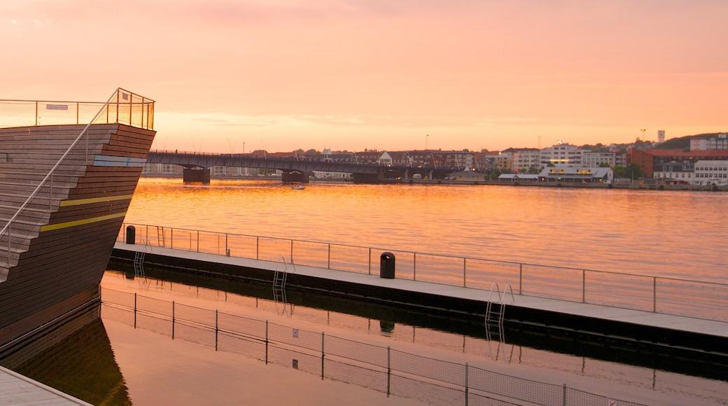Aalborg og byder på en bugt eller havn og en solnedgang