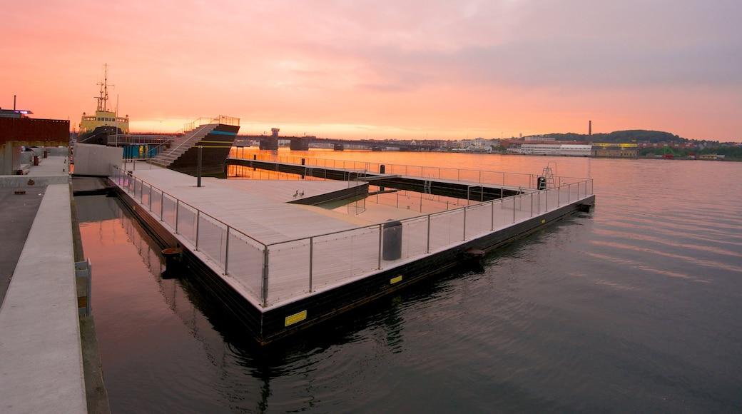 Aalborg som viser en solnedgang og en bugt eller havn