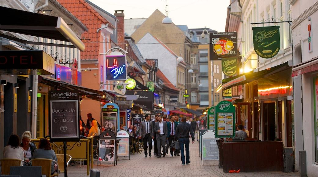 Jomfru Ane Gade og byder på udendørs spisning, skiltning og en by