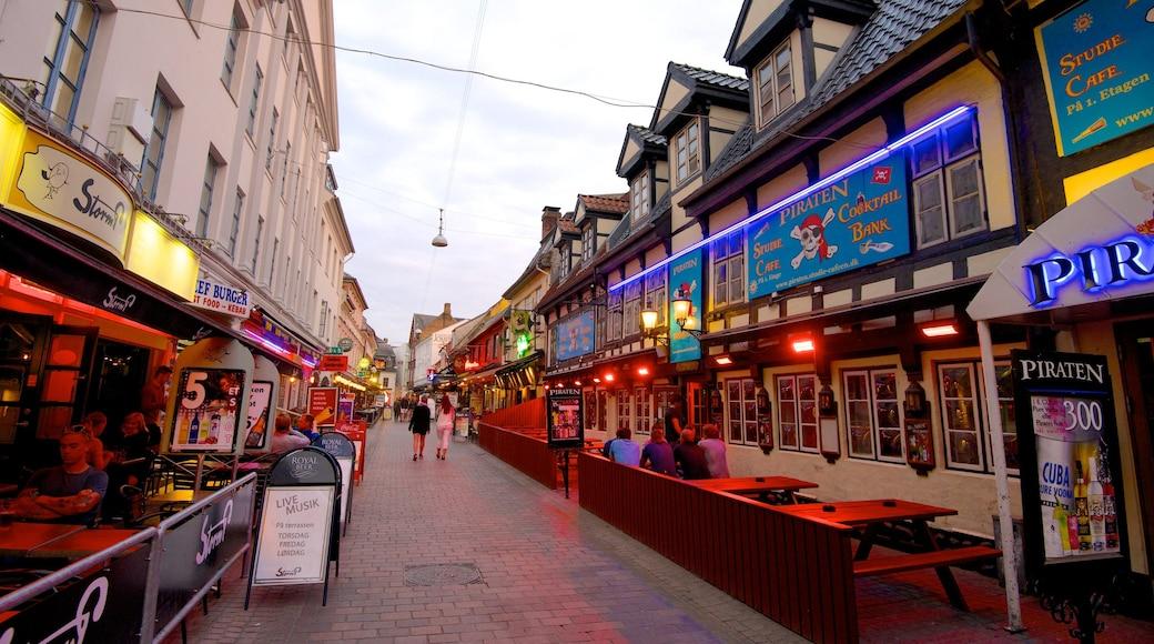 Jomfru Ane Gade og byder på historiske bygningsværker, udendørs spisning og en by