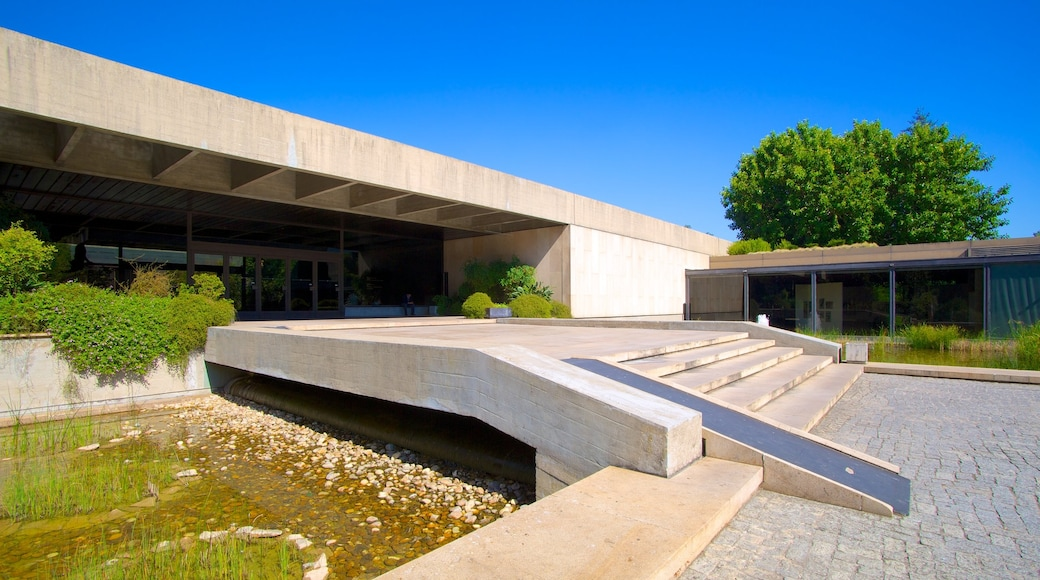 Gulbenkian Museum showing a pond and modern architecture