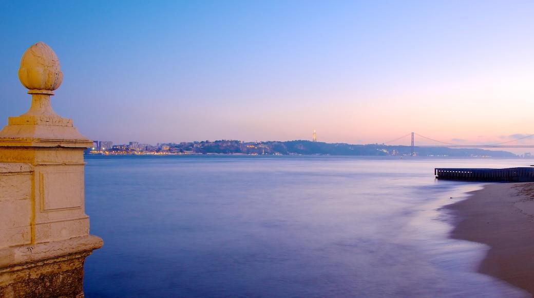 Piazza del Commercio mostrando vista della costa, spiaggia sabbiosa e tramonto